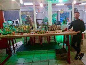 Assistant de Joseph Trotta au cocktail-bar à l'Afterwork Trenta Axome